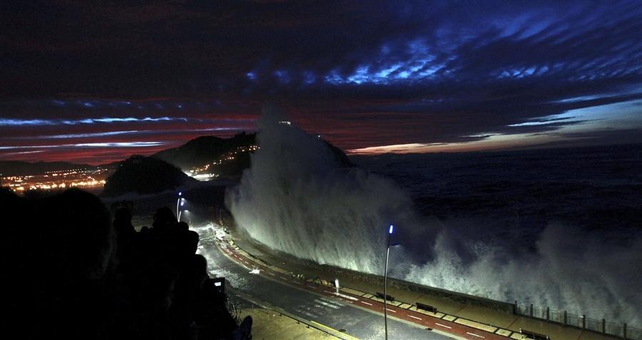 Высокие волны на пляже в Сан-Себастьяне, Испания, 15 декабря