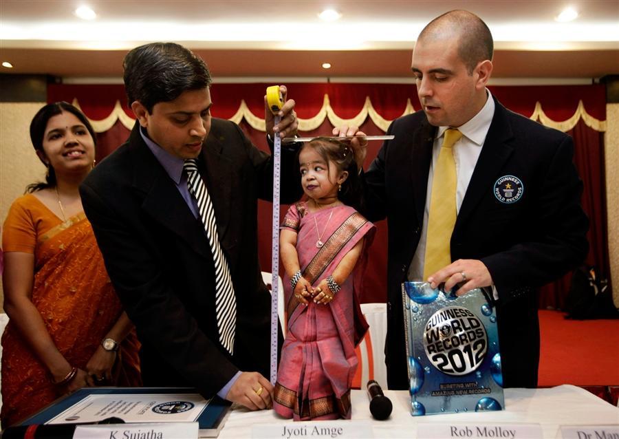 Самая маленькая женщина мира - 18 летняя Amge из Индии попала в Книгу Рекордов Гиннеса с ростом 24,7 дюйма, 16 декабря