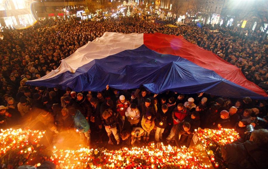 Люди растянули чешский флаг на Вацлавской площади в знак памяти о Вацлаве Гавале