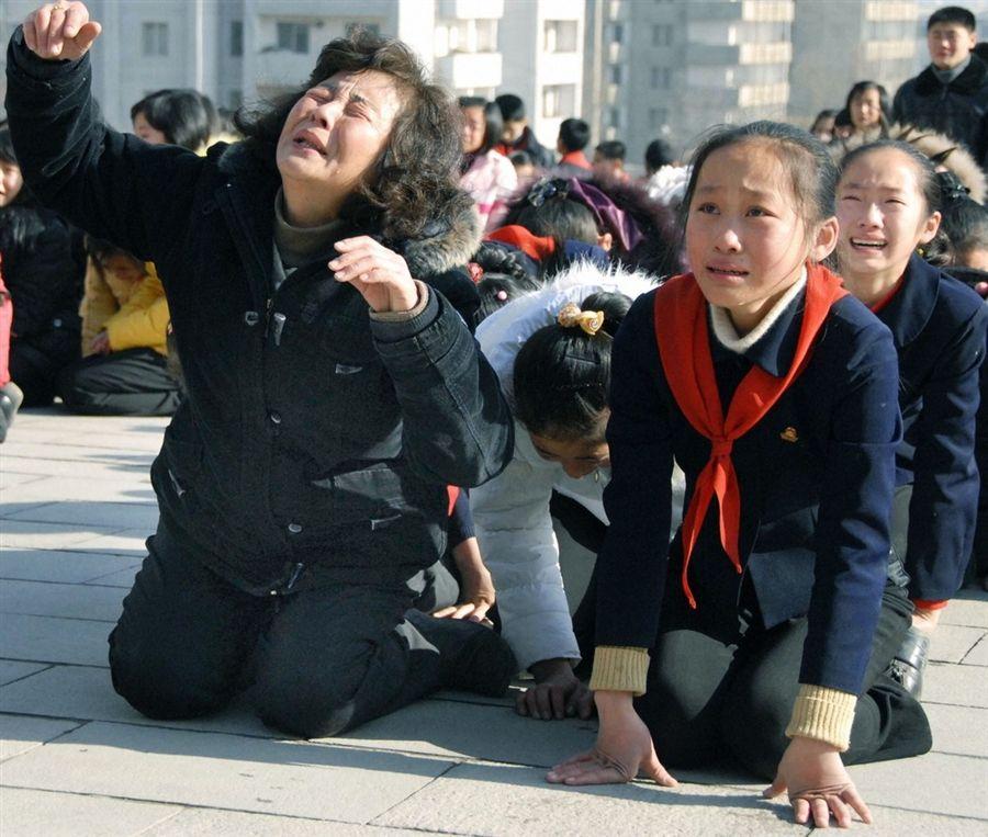 Скорбь жителей Северной Кореи по умершему лидеру Ким Чен Иру, 19 декабря
