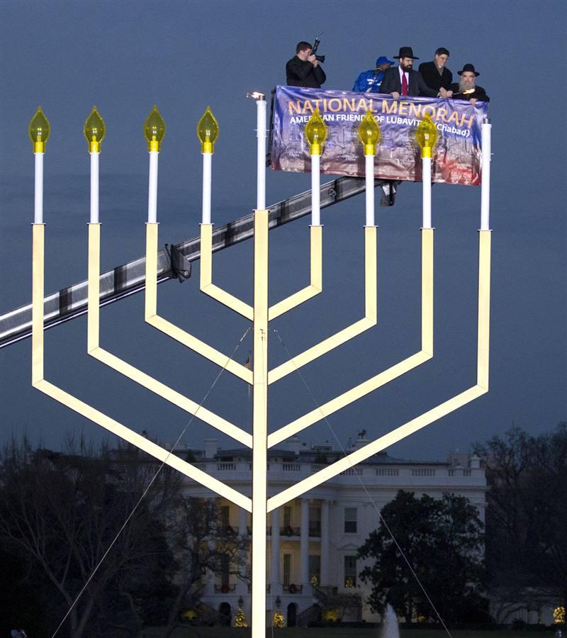 Раввин Леви Шемтов и Джейкоб Лью зажигают Ханукию в Вашингтоне