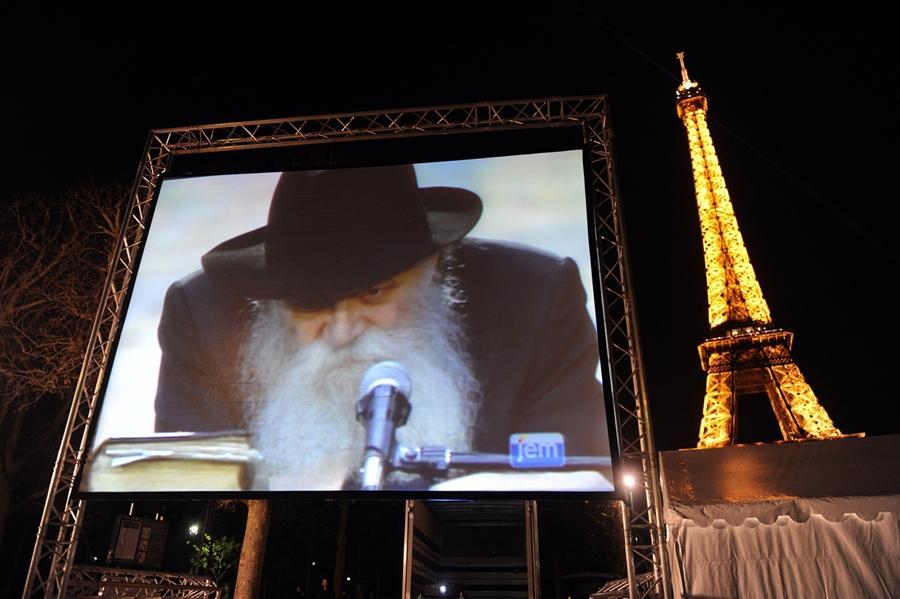 Гигантский экран показывает образ Рабби Менахем Мендл Шнеерсона в первый день Хануки, на Марсовом поле в Париже