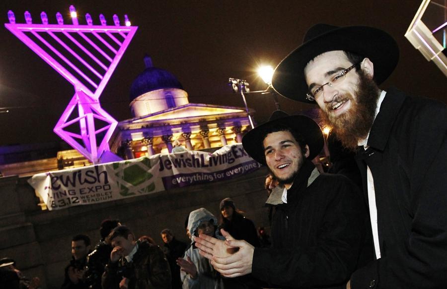 Толпы горожан присоединились к празднованию Хануки на Трафальгарской площади в Лондоне