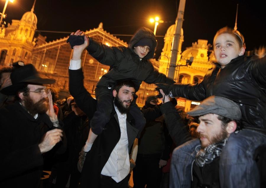 Евреи танцуют в центре Будапешта