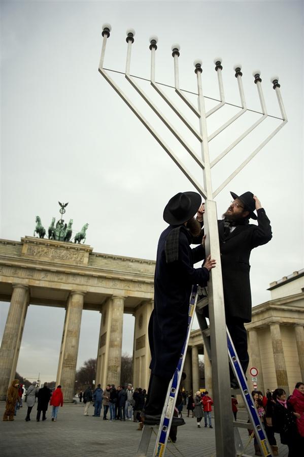 Раввины Иегуда Teichtal и Шмуэль Сегаль открывают Ханукию перед Бранденбургскими воротами в Берлине