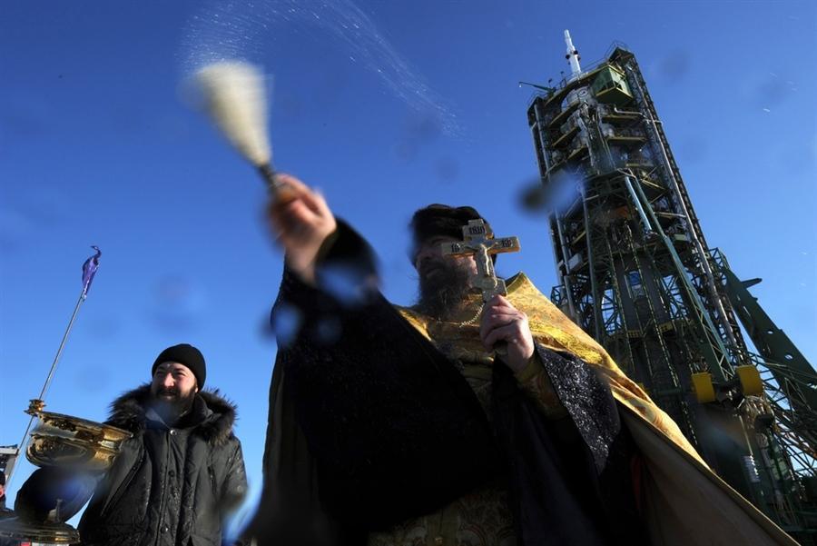 Православный священник благословляет Союз ТМА-03М на Байконуре 20 декабря