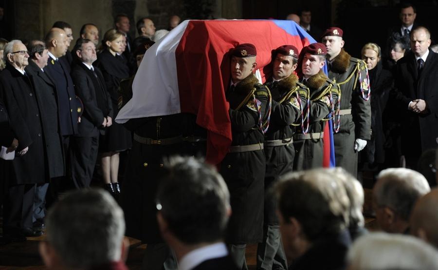 Солдаты вносят гроб во Владиславский зал Пражского Града