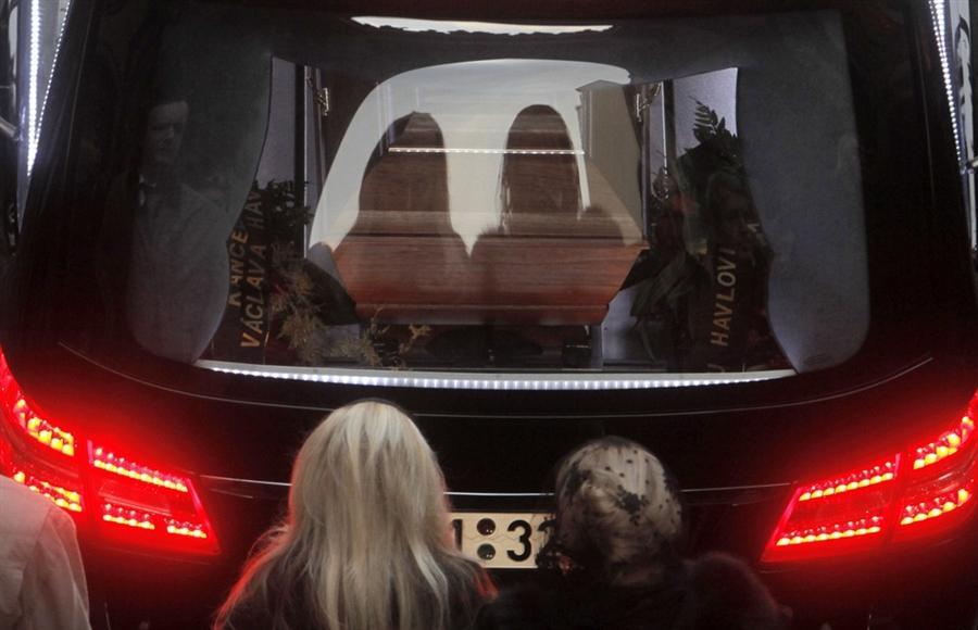Вдова Вацлава Гавла - Дагмар и ее дочь Нина идет следом за катафалком