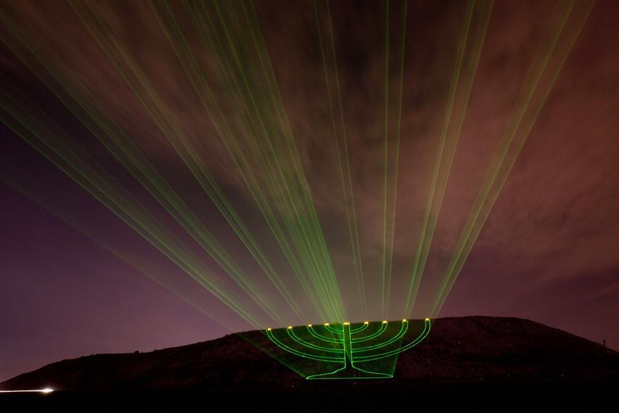 Лазерные лучи, которые создают образ большой Ханукии, Израиль, 21 декабря