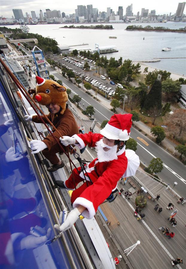 Санта Клаус занимается уборкой Токио