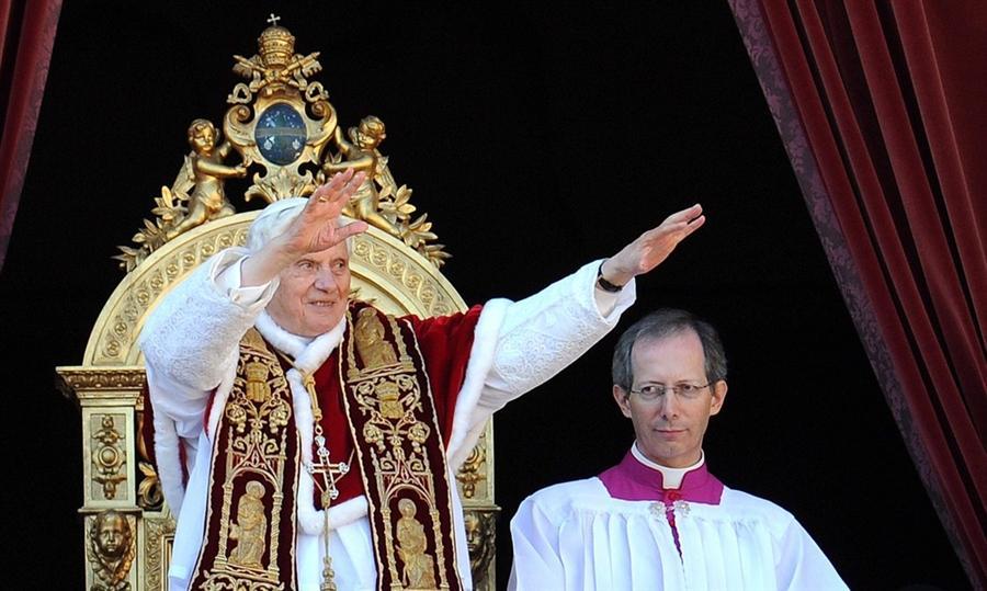 Папа Бенедикт XVI поздравил с Рождеством с балкона базилики Святого Петра в Ватикане, 25 декабря