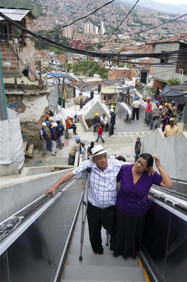 В колумбийских трущобах пустили эскалаторы, чтобы улучшить жизнь бедного населения. Ежедневно эти люди должны были ходить пешком по склону 35 минут, чтобы элементарно сходить в магазин или больницу, 26 декабря