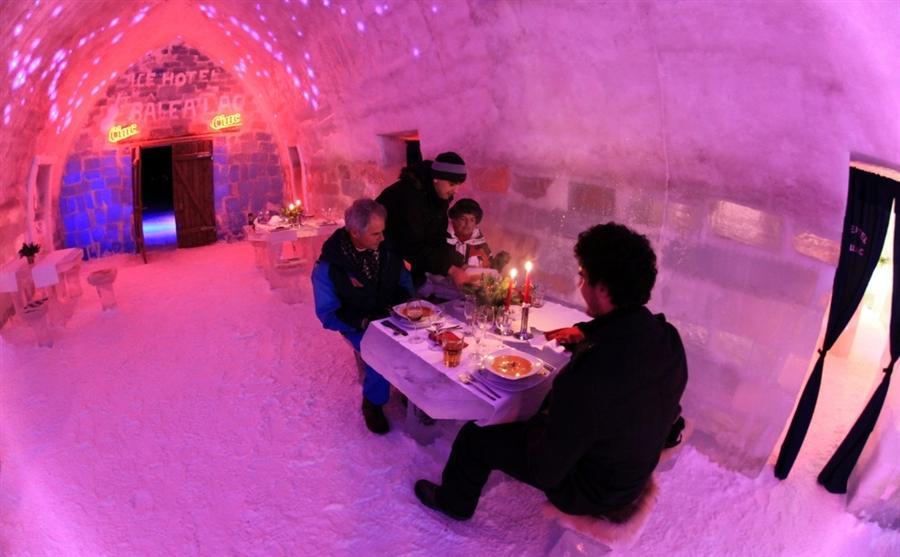 В румынских горах Фэгэраш открыли ледяной отель, в котором есть ресторан и 10 двухместных номеров, в которых температура не поднимается выше нуля градусов
