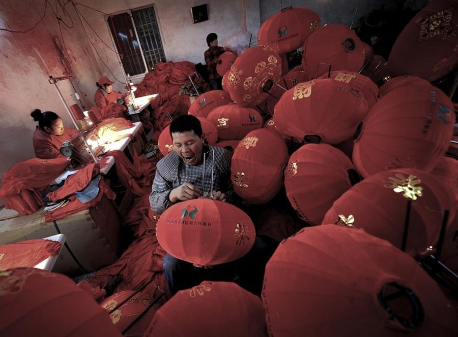 Рабочие в Китае из последних сил делают красные фонари для празднования Нового Года, 27 декабря