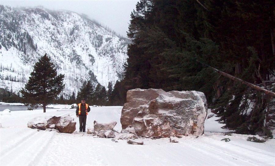 Огромная каменная глыба рухнула со скалы на дорогу в Йеллоустонском национальном парке, 29 декабря