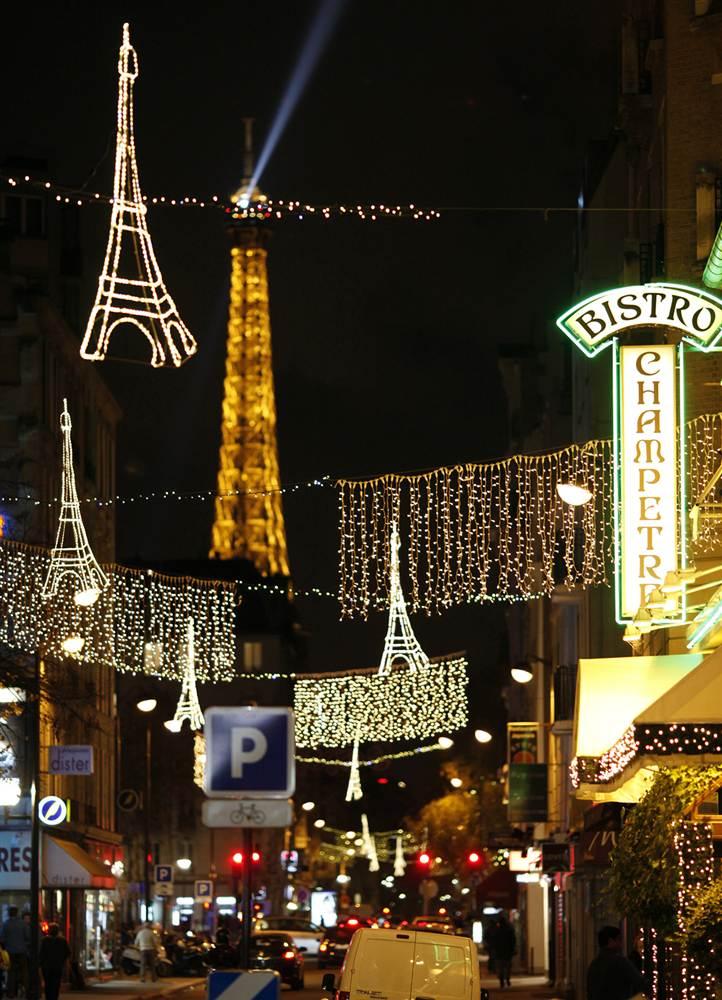 Гирлянды в виде Эйфелевой башни замечательно смотрятся на фоне настоящей Эйфелевой башни на улице  Сент-Чарльз в Париже