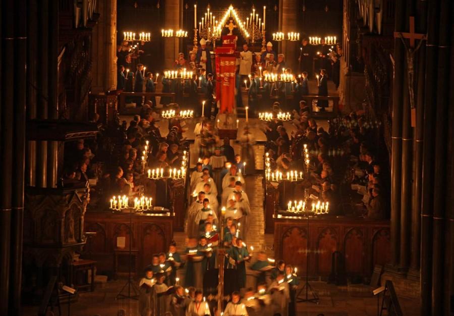 Шествие певчих со свечами в Соборе Солсбери, в Англии