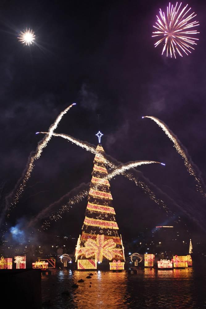 Огни крупнейшего плавающего дерева в мире расцветили Рио-Де-Жанейро. Дерево высотой 85 метров с 3,3 млн. лампочек