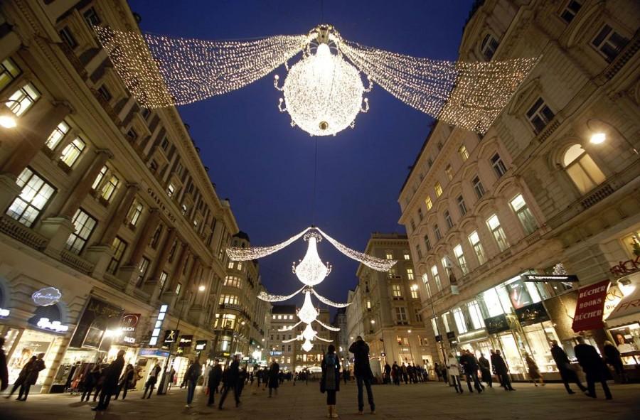 Рождественские шары теперь украшают исторический центр Вены