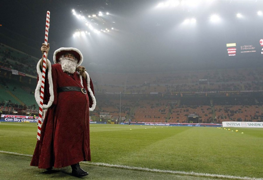 Итальянский Санта Клаус благословляет футбольный матч в Милане