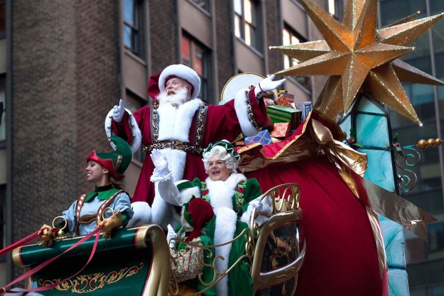 Санта Клаус с помощниками в Нью-Йорке