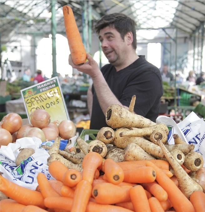 Гордый торговец на рынке в английском Белфасте