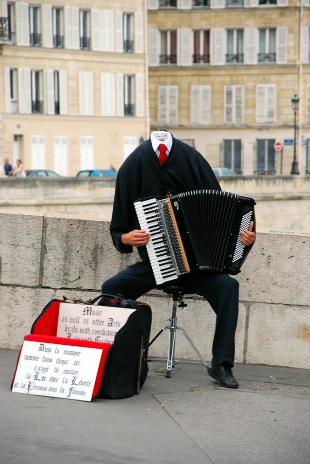 Уличный музыкант во Франции