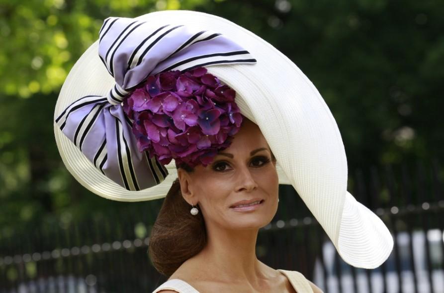 В этой гигантской шляпе тоже много от классики, а потому нужны изменения