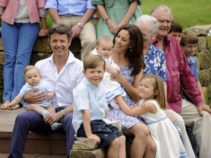 Мария с мужем и детьми. Ее эксклюзивный образ жизни часто дает повод для негативных заголовков газетных статей