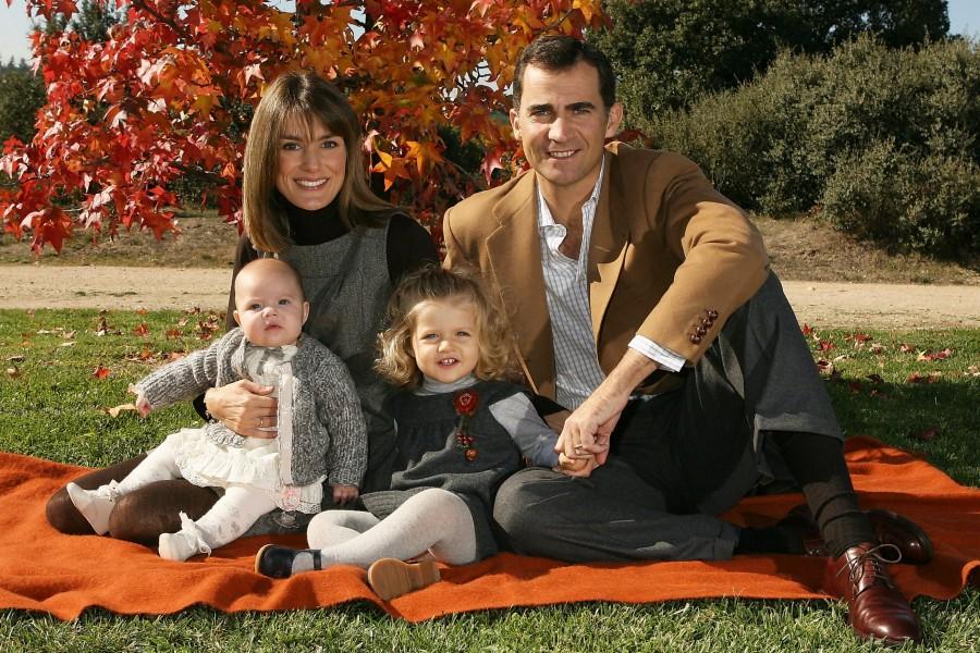 Летиция и Фелипе вместе с детьми, о худобе принцессы ходит множество легенд