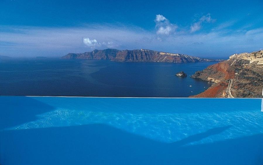 Потрясающий вид, голубизна бассейна и синее Эгейское море, отель Katikies