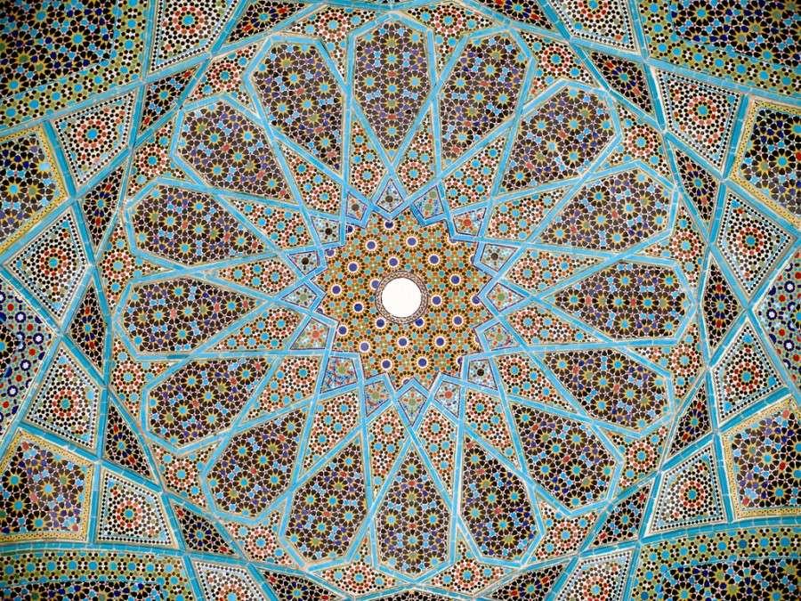 Керамическая мозаика - Вечность, украшающая потолок гробницы 14-го века персидского поэта Хафеза в Ширазе, Иран