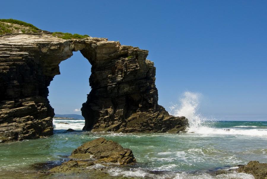 Воды Атлантики до сих пор преобразуют каменные строения