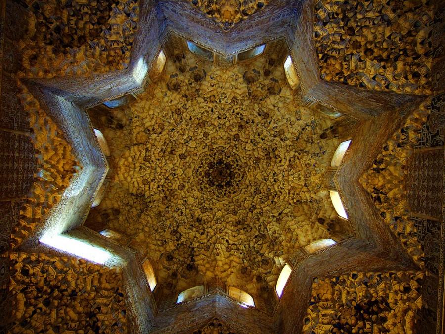 Почти сталактитовое украшение потолка мавританского Дворца Альгамбра в Испании, фотограф Шон Уоллис