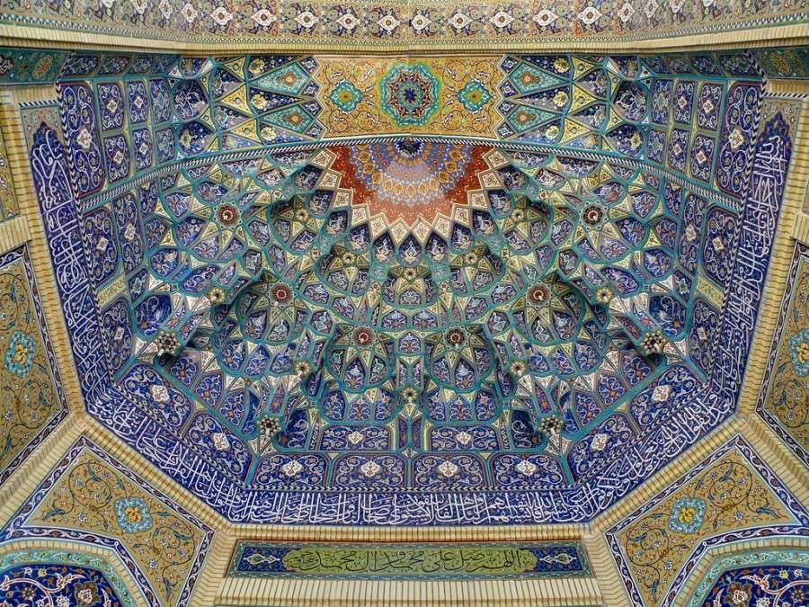 Калейдоскопической потолок в святыне Шаха Sheragh в Ширазе, Иран