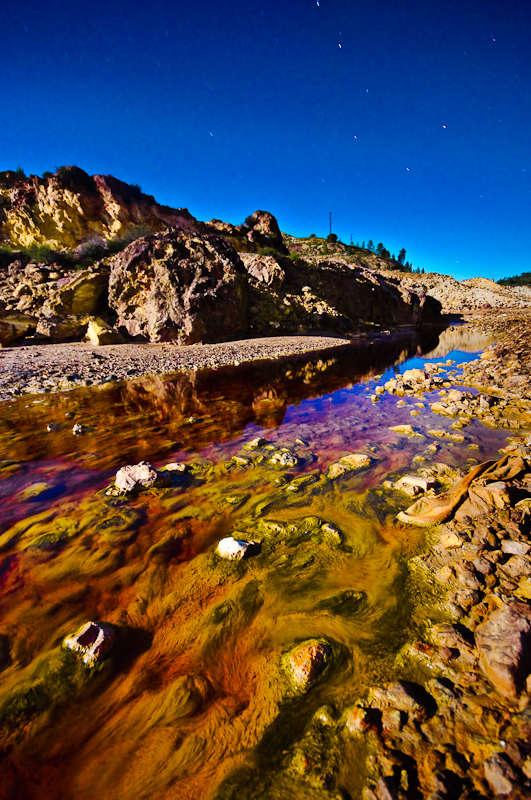 Река Рио-Тинто, протекающая в испанских горах Сьерра-Морена