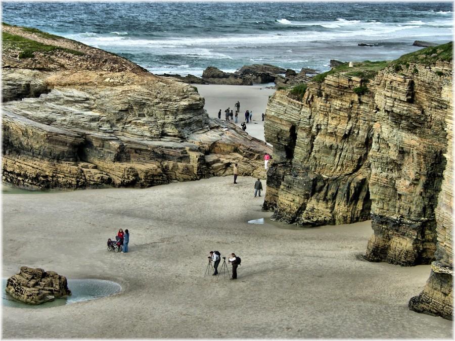Сотни туристов стекаются на пляж во время отлива