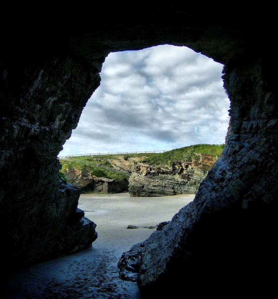 Эта храмы расположены на узкой полосе мелкопесчаного пляжа