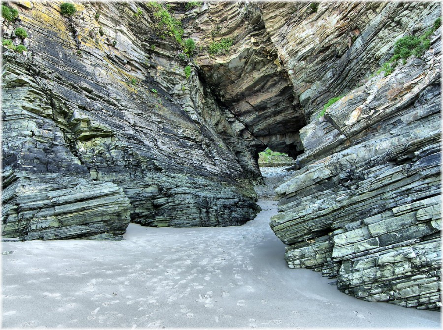 Красивая структура камней придает изысканности природным строениям