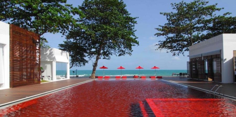 Кроваво-красный бассейн отеля Library на Самуи