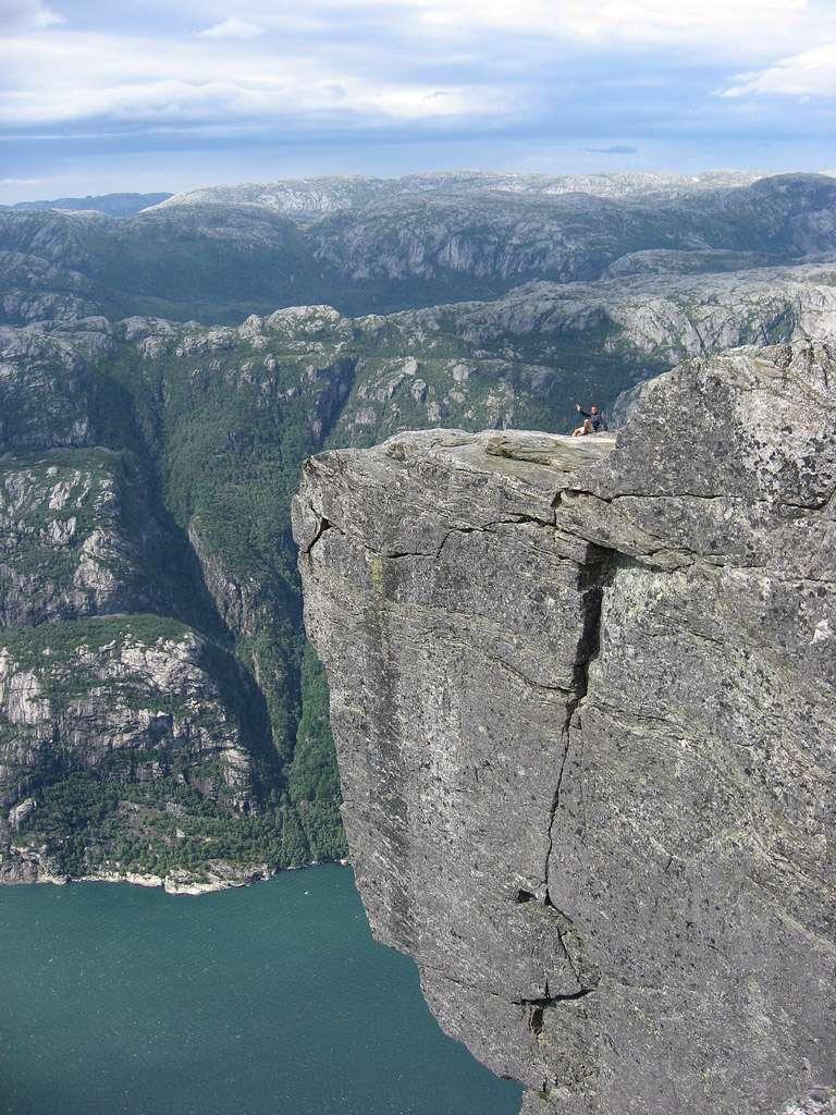 Кьерагболтен – камень, застрявший между скал в Норвегии