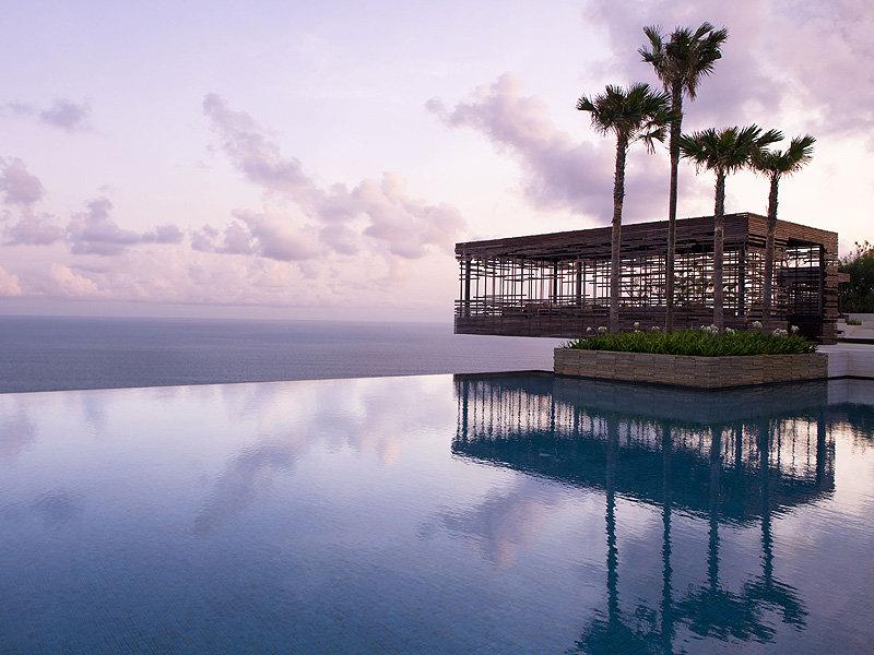 Бассейн в отеле Alila Uluvatu на Бали, расположен на вершине скалы над Индийским океаном