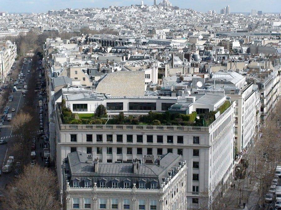 Рядом с Триумфальной Аркой в Париже