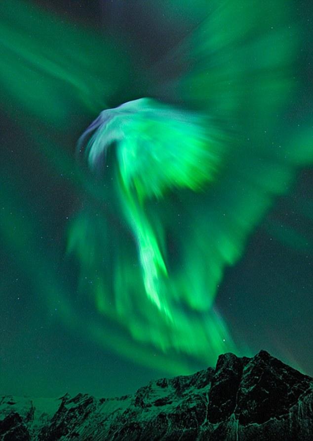 Изумрудные узоры над Норвегией - результат солнечных вспышек