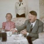 Фюрер принимает гостей Бергхофе, слева сидит жена известного политика Альберта Форстера