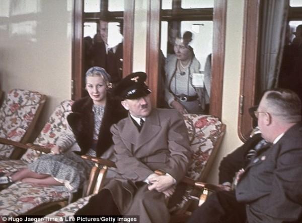 Гитлер и Инге Лей на корабле Роберт Лей (названный в честь мужа госпожа Лей, нацистского лидера труда), апрель 1939 года