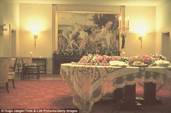 Частная квартира Гитлера выше Канцелярии вся в цветах