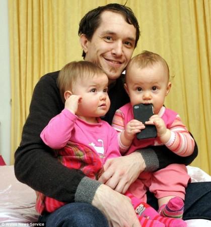 Счастливый папа и спокойные близняшки