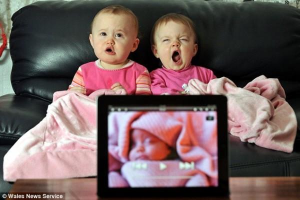Гвинет и Мадлен зевают и в конце концов засыпают под приложение, созданное их отцом