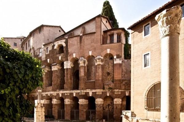 Древние колоннады Театра